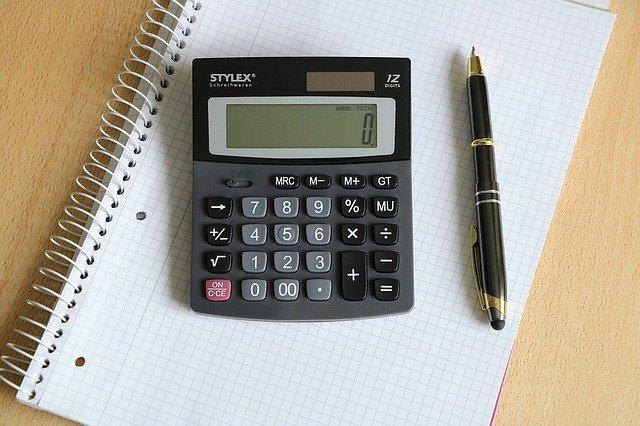 電卓とペンが机上に置かれている