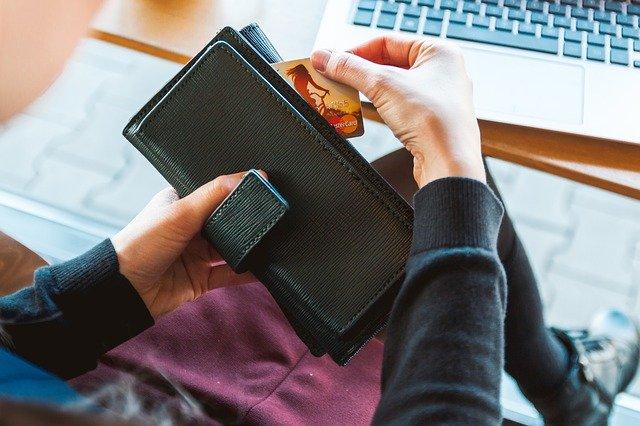 お財布からクレジットカードを取り出す