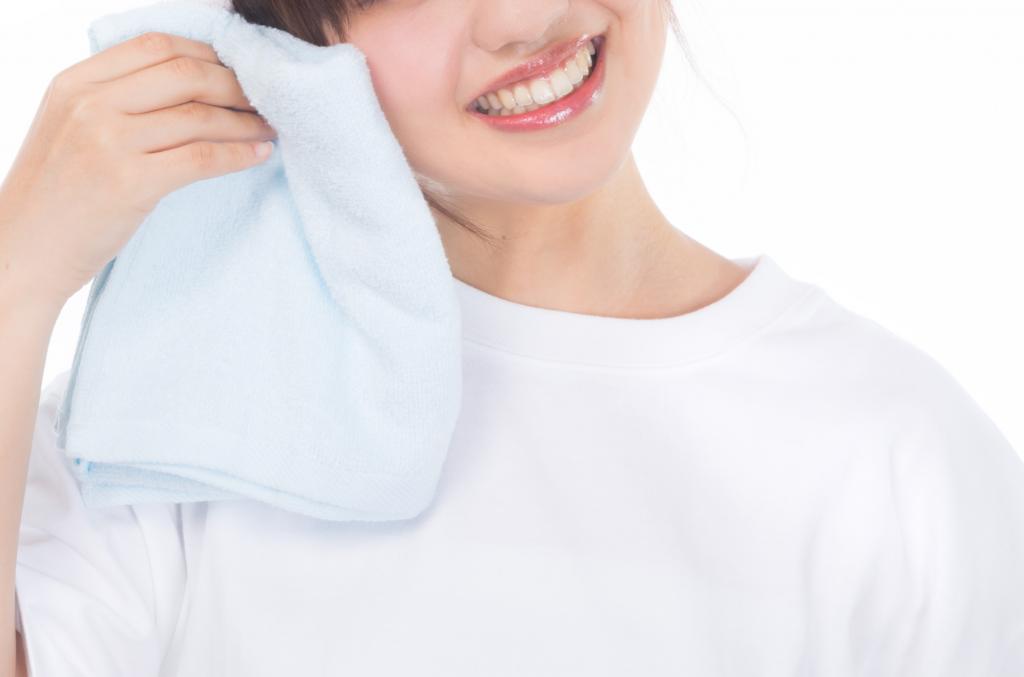 汗を掻く女性